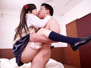 ツインテールの美少女JK鈴木心春が中年のオジサンに中出しされるエロ動画