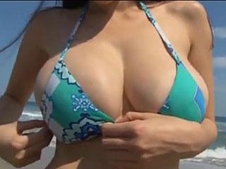 芸能人グラドルがビキニでおっぱいを揺らしてビーチを激走wエロ動画