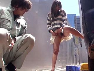 美少女が駐車場で休憩中の作業員に野外放尿を見てもらい手コキフェラ抜きの大サービスw