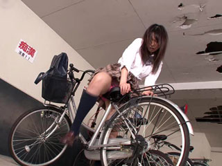 JKの自転車のサドルに媚薬を塗ったらオジサンのチンポでも挿入可wエロ動画