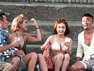 ビーチでナンパしたビキニギャル2人組と生ハメ中出し4P乱交wエロ動画