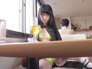 【野外露出】ロリ美少女メイドに服の下にマイクロビキニを着せてファミレスで露出羞恥して楽しむ変態ご主人様w|無料エロ動画ガチヌキ