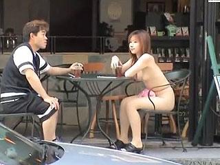 露出狂の変態お姉さんが公園やカフェで普通に佇む激ヤバ野外露出