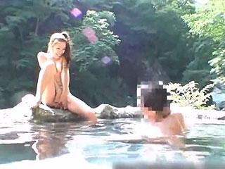 混浴露天風呂で知らないオジサン達と3Pしちゃう変態露出狂女w
