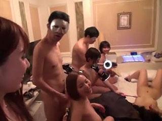 人気AV女優たちが変態素人たちが集う乱交サークルに乱入するエロ動画