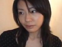 素人の爆乳若妻が寝取られw夫の傍らで涙を浮かべるエロ動画