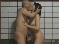 覗き覗かれw夫婦交換成立のNTR物のヘンリー塚本のエロ動画