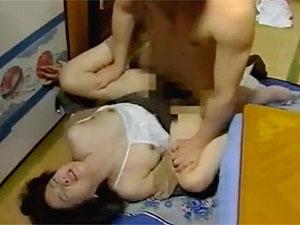 ヘンリー塚本のエロ動画で娘の出産中に未亡人義母が婿を奪う