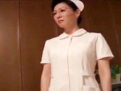 爆乳ナースにデカチン見せ発情し出すwお堅い人妻のエロ動画