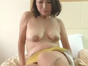不倫SEXを個人撮影されながら豊満奥さんがイキ捲るエロ動画