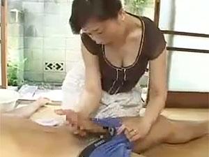 息子の巨根に我慢の限界と巨乳の母が母子相姦し捲るエロ動画