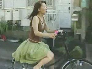 ヘンリー塚本のエロ動画で玩具挿入のままチャリで疾走する妹