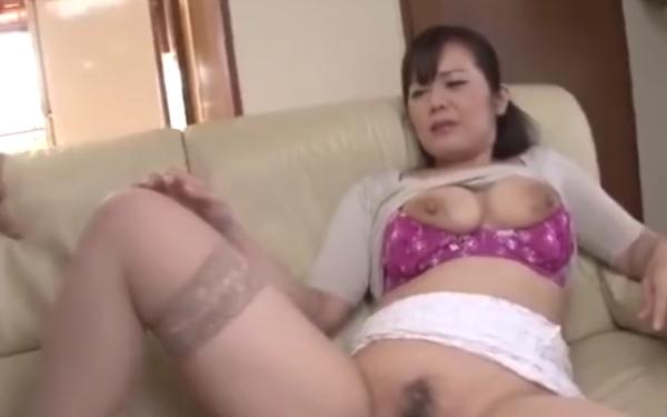 豊満な母親と母子相姦w爆乳にむしゃぶり付きハメるエロ動画