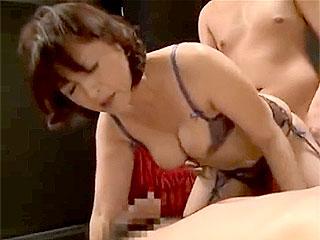 五十路のオバサンが初めての3Pセックスにイキ捲るエロ動画