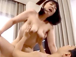 豊満垂れ乳の叔母が成長した甥に男を感じ誘惑し捲るエロ動画