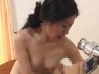 息子の趣味の撮影にひと肌脱ぐ熟母が発情w母子Hエロ動画