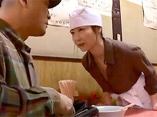 ヘンリー塚本のエロ動画で未亡人女将が馴染み客の絶倫に失神