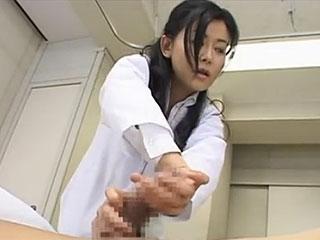 四十路の女医が患者を手コキしセックスまでしちゃうエロ動画