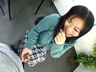 センズリ鑑賞エロ動画でチンポ好きな巨乳の若妻がフェラ抜き