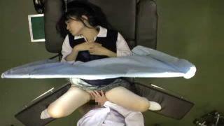 ベッドに横たわる制服JKに悪戯挿入している産婦人科医師の盗撮動画