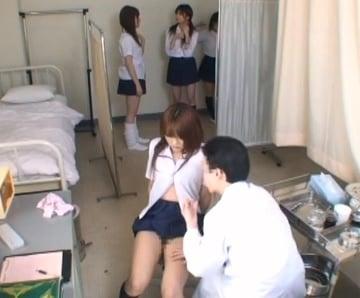 健康診断で乳首やマンコまでじっくり検査する変態校医のJK盗撮動画