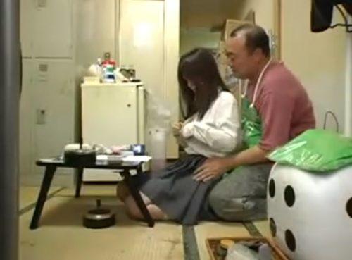 万引きが見つかった女子高生がエロ店長にマンコで謝罪する盗撮動画