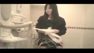 ナプキン取り替えている女子高生まで隠し撮りされているトイレ盗撮動画