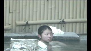 母親らしき女性と露天風呂に入っている小中学生くらいの女児盗撮動画