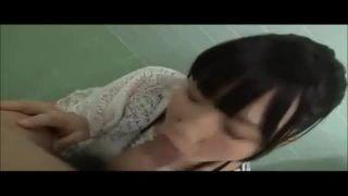中高生くらいの素人娘の乳首弄くりフェラチオ口内射精の個撮エロ動画投稿