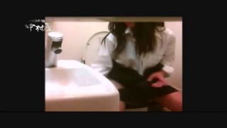 トイレでおしっこする制服JKやギャルJKのリアルガチな盗撮動画
