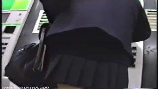 街中や駅構内でミニスカJKの生脚パンチラ逆さ撮りしたリアル盗撮動画