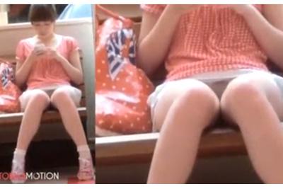 スマホに夢中で下半身が疎かな美少女を盗撮したJKパンチラ動画