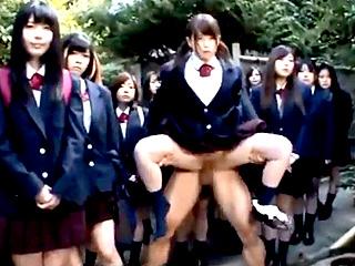 謎の覆面男が修学旅行中の女子校生を行く先々でハメ倒す羨ましいSEX動画
