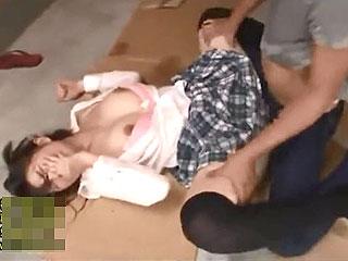 ゲーセンで目をつけたミニスカ巨乳娘を拉致して野外レイプのJK動画