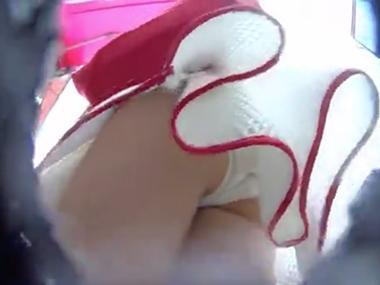 原宿の竹下通りで10代の素人女子のスカート内部を盗撮した動画