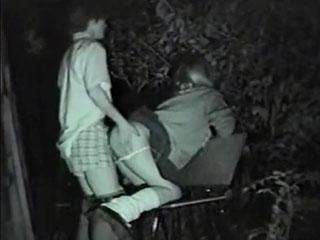 公園で周りを気にしながら野外SEXする高校生カップルの盗撮動画