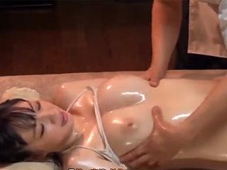 乳腺オイルマッサージでビクビク感じてしまう美巨乳OLお姉さん隠し撮り