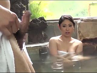旦那と混浴に入浴している爆乳奥さんにフル勃起チンポ見せつけた盗撮エロ動画