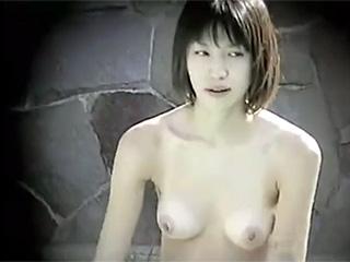 露天風呂隠し撮り可愛いJDヌードひょっこり丸出しエッチ動画