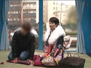 MM号ショート可愛い振袖JDと男友達がお年玉のためH隠し撮り動画
