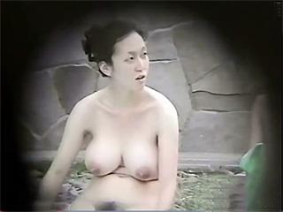 露天風呂隠し撮り美白爆乳人妻さん剛毛マン毛も丸出し盗撮エロ動画