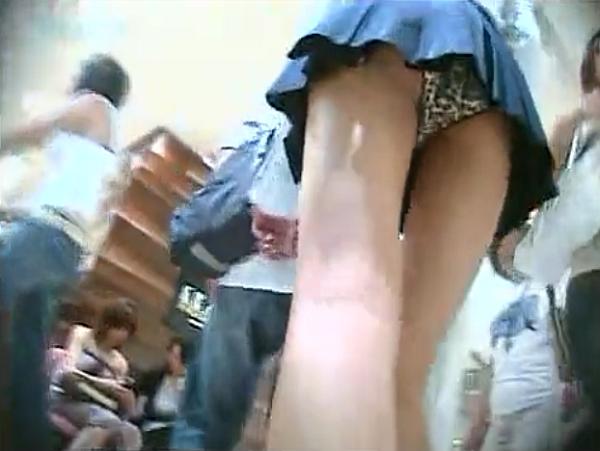 【素人投稿☆隠し撮り】美脚ミニスカJKだけを狙い打ったパンチラ盗撮♪綺麗な脚に豹柄パンツは最高でしゅww|無料エロ動画ガチヌキ