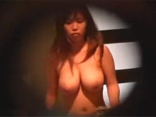 【素人投稿☆覗き隠し撮り】女子大寮の管理人さんが特殊カメラで覗き穴から美巨乳JDの着替え盗撮♪顔はイマイチだけど、おっぱい綺麗なエロヌードだぜw|無料エロ動画ガチヌキ