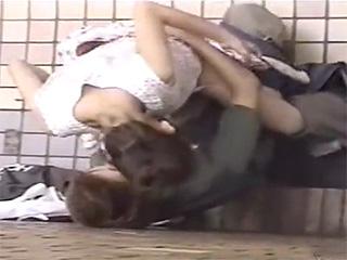 早朝公園で酔っぱらって野外セックスする素人カップル盗撮エロ動画
